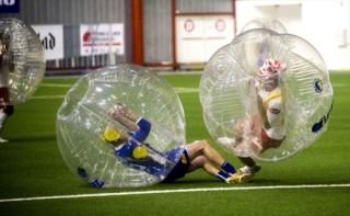 バブルサッカーぶつかる